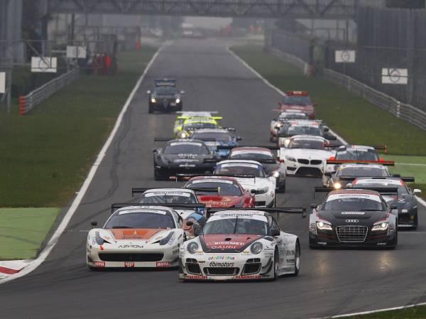 Postiglione-Lucchini Campioni Italiani GT davanti al gruppo